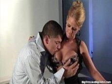 Malandra loirinha peituda transando gostoso com o macho de sorte e tesão