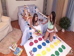 Novinha lesbica gozando com amiga