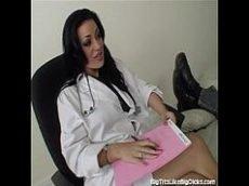 Safada de uma morena bem gostosa que é uma médica bem louca e taradinha pelas rolas de seus pacientes