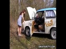 Safada ruiva de quatro metendo no carro