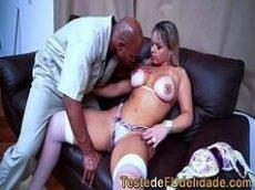 Sexo videos veja uma loira do porno brasileiro toda cavalona mesmo com uns peitos grandes e com marquinha de biquíni