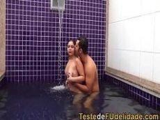 Teste de fudelidade com o casal de amantes dando uma boa bimbada dentro de uma piscina de motel luxuoso no Rio de Janeiro