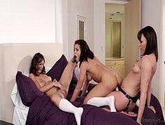 Video de sexo em grupo com lindas morena tudo lesbicas se pegando dentro do quarto e fazendo uma boa orgia