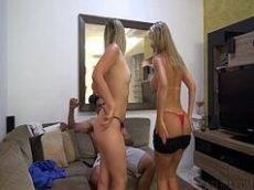 Video porno brasileiro com o moreno bem dotado e sortudo metendo o ferro em duas loiras muito gostosas