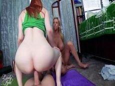 Xnxx.com duas lindas vadias gostosas lésbicas transando com um macho de muita sorte