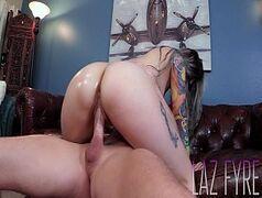 Xvido porno com uma morena toda tatuada que é gostosa pra caralho mostrando que sabe sentar bem forte na vara