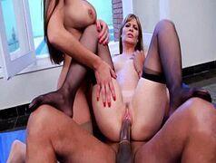 Xxxvideo porno com um morena filho da puta torando com tudo uma loirona e uma morena em um teste de fudelidade