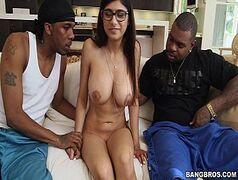 Mia Khalifa libera tudo nesse video