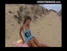 Novinha na praia liberando tudo pro namorado