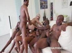 Porntube de videos porno online onde rola uma cena de sexo selvagem e inter-racial com uma loira sem vergonha do caralho