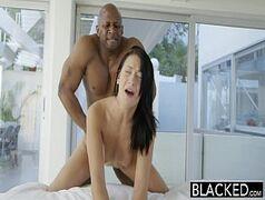 X vídeo porno online com uma branquinha da xoxota rosinha e novinha também do olho azul em uma foda de sexo inter-racial