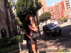 X videos porno grátis com uma linda morena ao estilo latina que é toda magrinha encarando a pica monstra do negão