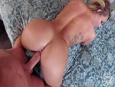 Xvideod com loirona super rabuda bem gostosa mesmo ficando de quatro em cima da cama e levando uma boa surra de rola