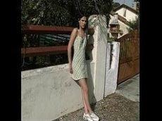 Novinha de 18 anos batendo siririca na rua com sua buceta bem lisinha