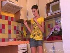 Novinha linda fazendo strip tease na cozinha