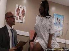 Novinha molhada se masturbando com o medico metendo nela com vontade