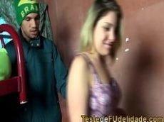 Tufos de sexo brasileiro com uma loira com cara de favelada que é bem gostosa dando para um maconheiro da porra