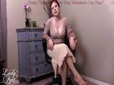 Turma do sexo com uma coroa ruiva que é um taco de tesuda e super gostosa de quatro em cima da cadeira