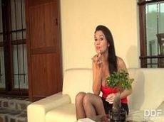 Video de sexo oral com atriz Ania Kinski tomando porra na boca