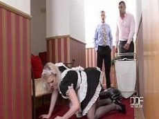 Xcideos da empregada bem safada dando gostoso para dois caras de uma só vez em uma foda de sexo em grupo
