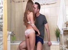 Xvideso de uma novinha toda deliciosa dando uma boa transada com o seu primo dentro do banheiro com tudo