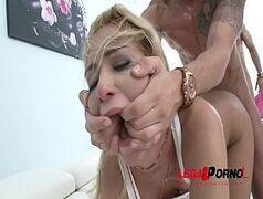Zvideos porno online com loira gostosa de quatro levando uma surra de rola de um monte de caras bem dotados
