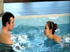 Fodendo a buceta da amiga na piscina e gozando dentro