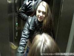 Fodendo no elevador vídeo amador comendo a loira safada sexy sentando no pau gemendo gostoso, novinha com peito pequeno