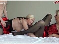 Mulheres gostosas veja duas coroas peitudas do caralho que adoram uma boa transa em grupo em cima da cama