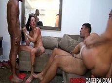 Porno free nacional com duas morenas que são muito mas muito gostosas mesmo dando para um negro e uma moreno no meio da sala