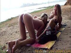 Sexo lesbico de loiras na praia fazendo orgia e gozando juntas
