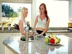 Vídeo de lésbicas se divertindo safadas chupando a boceta uma da outra. Gostosas do peitos grandes e bocetas apertadas.