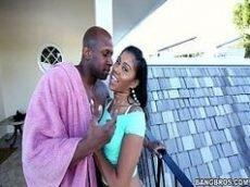Vídeos eróticos com um casal de negros bem sem vergonha fazendo um sexo bem selvagem onde a neguinha começa devorando a rola do negão com tudo