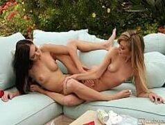 Amigas lésbicas fodendo muito no sofá