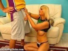 Comendo a novinha loira que tem um puta peito grande