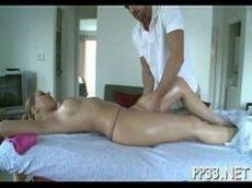 Corno deixando o amante fazer aquela massagem na sua esposa