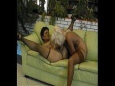 Coroas safadas fazendo sexo amador no sofá