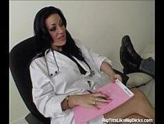 Enfermeira safada trepando com o paciente