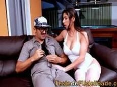 Gostosinhas do porno brasileiro com essa morena peituda que é um taco de tão rabuda dando uma boa trepada em cima do sofá