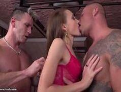 Hot sex com uma gostosa dando para dois caras de uma vez com tudo