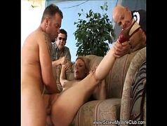 Marido broxa liberando a esposa puta pra foder com dotados