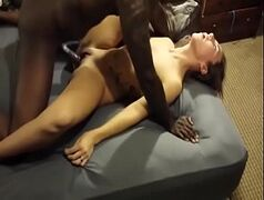 Negro dotado arrombando a buceta de uma mulher casada liberada
