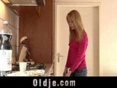 Novinha loirinha dando o rabo pro padrasto.
