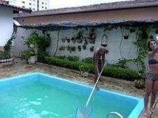 Porno HD negão fodendo a ninfeta na piscina