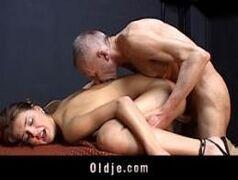 Sex porno bom com novinha safada dando para um coroa