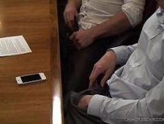 Sexo gays se pegando em uma sala de reunião
