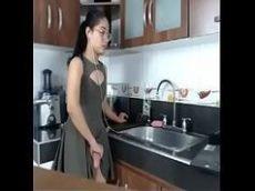 Xvideo travesti batendo punheta na cozinha