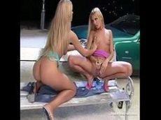Amigas lésbicas fazendo sexo quente em público numa praça