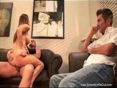 Casada dos peitos perfeitos dando pro amante na frente do marido