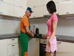 Casadinha novinha fodendo com seu sogro na cozinha de casa